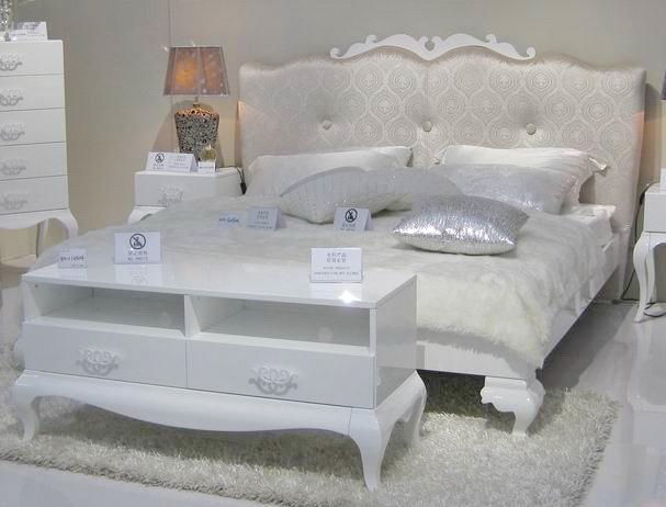 белая двуспальная кровать фото